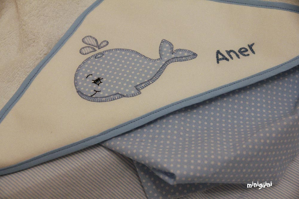 Capa baño ballena azul plegada