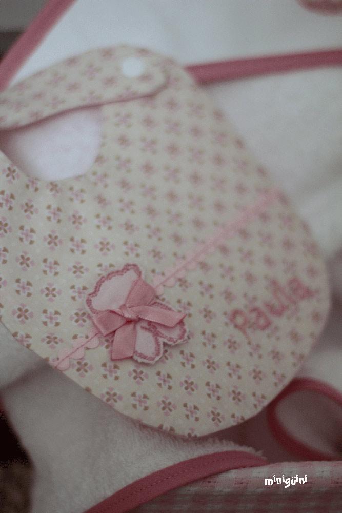 Babero rosa con nombre bordado