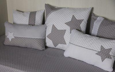 Nórdico y cojines en gris para cama o cuna